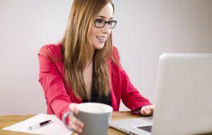 Femme devant son ordinateur avec mug