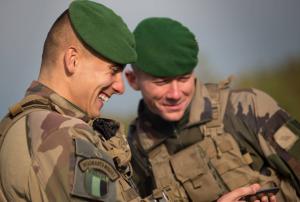deux soldats de la légion étrangère souriants