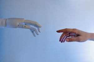 mains tendues femme robot industriel